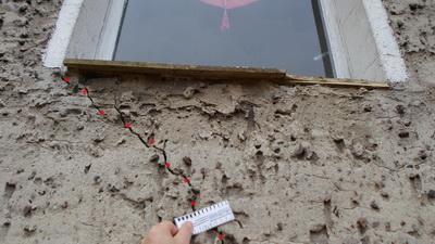 Risse im Putz und Mauerwerk durchgehend schräge Risse,