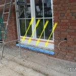 Terrassentür gegen einbrechen Bauabnahme Immobilienbewertung Muenchen kosten Der Baubetreuer kontrolliert bei Bauüberwachung vom Haus die Abdichtungen der Fenster